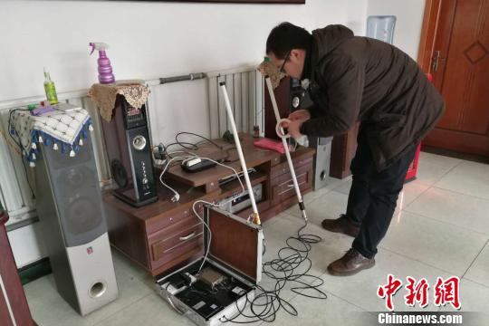 国家电网技术人员在在河北省涞水县南郭下村的分布式光伏扶贫电站研发5G技术传输。 赵明摄